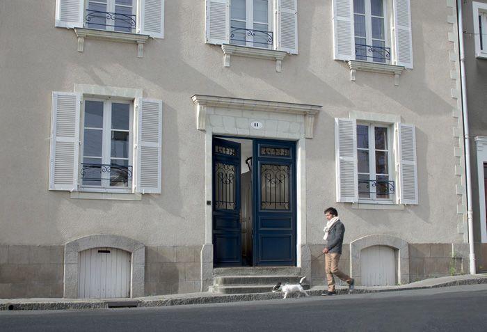 Une porte du0027entrée bois à grille pour apporter du charme à votre