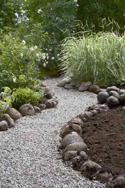 Photo of pea gravel paths | large river bolders as a garden & pathway boarder | Diseños …