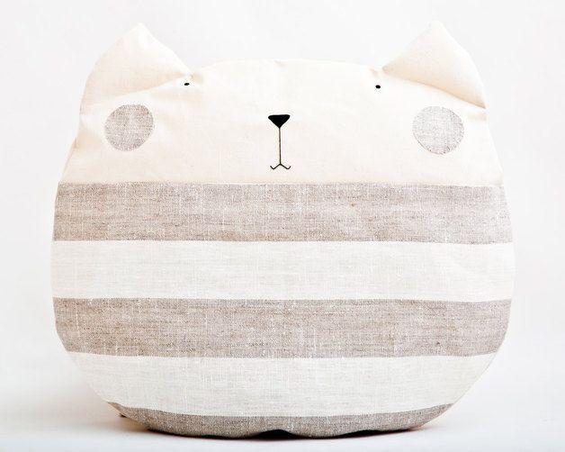 Kuscheliges kissen in katzenform sandfarben cuddy cat cushion decorative by juliawine via - Kinderzimmer sandfarben ...