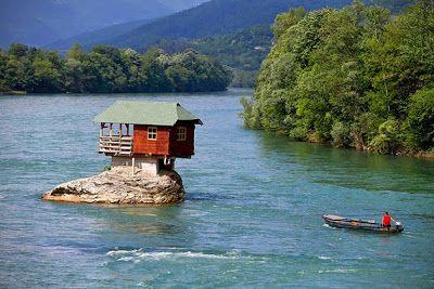Casa sobre una roca gigante en un río