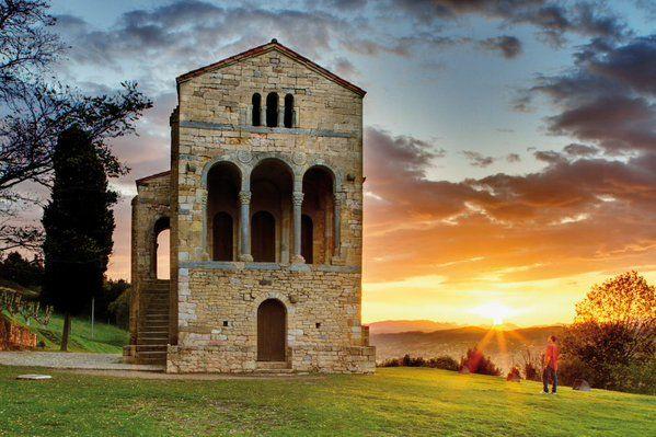 Santa María del Naranco, ubicada en el monte Naranco junto a Oviedo.