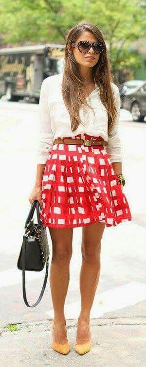 Falda roja zapatos amarillos