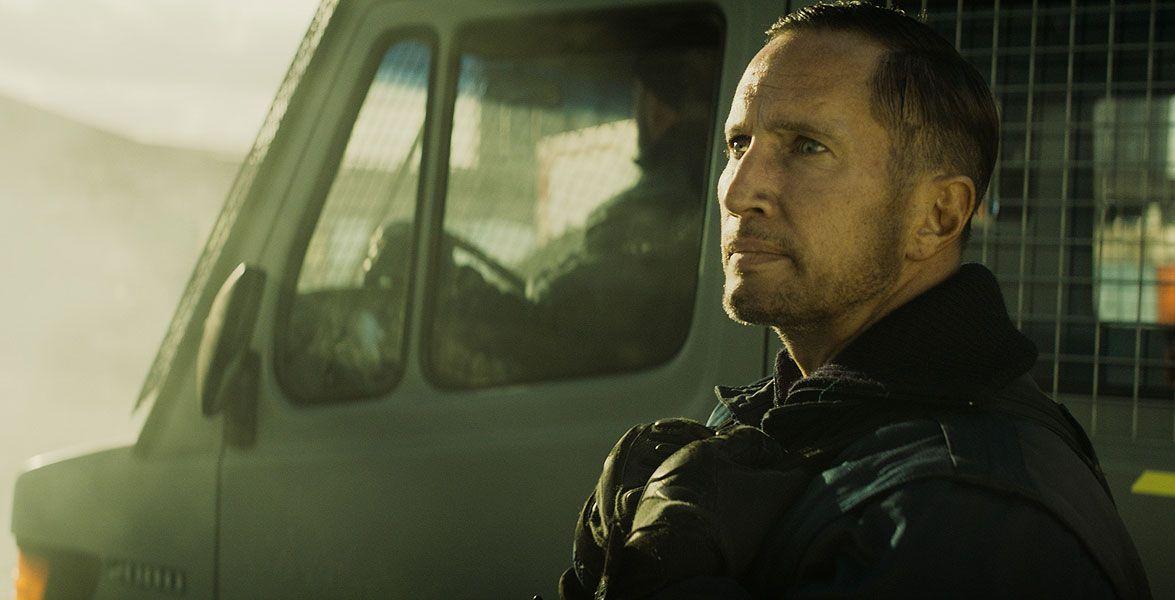 Polizist Volt (Benno Fürmann) ist Teil des Einsatzkommandos, das die Flüchtlinge auf Abstand halten soll