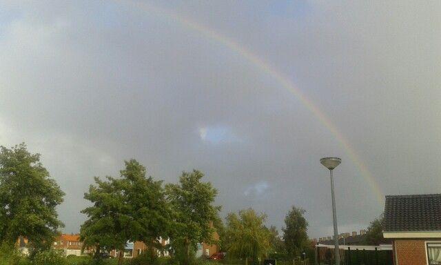 Prachtige regenboog. Het herinnerd mij eraan dat het altijd gaat stoppen met regenen. God heeft beloofd om de aarde nooit meer te laten overstromen met zoveel water als in de tijd met Noach!