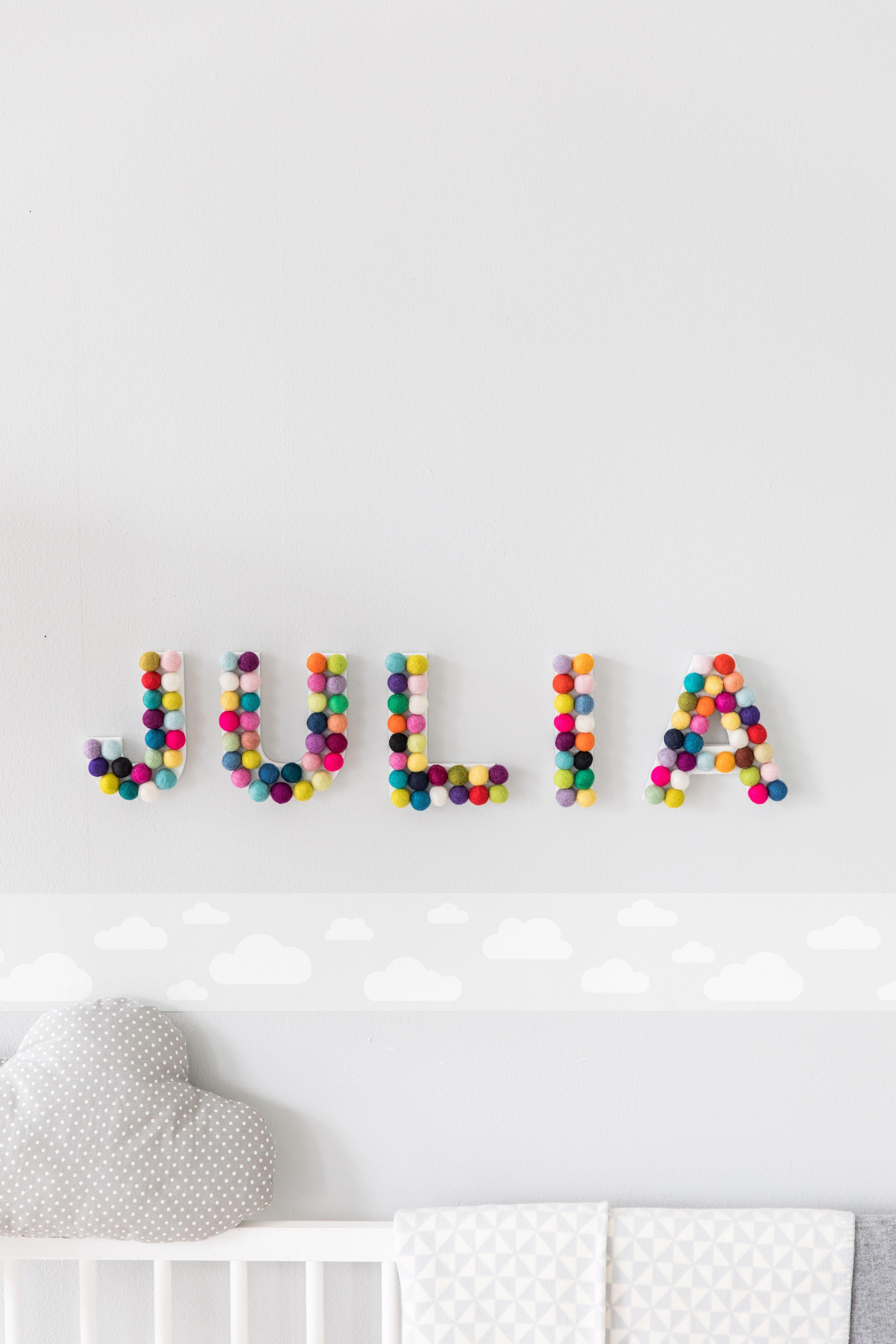 Kinderzimmer-Deko: Baby Name | Filzkugel, Holzbuchstaben und ...