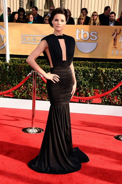 Jaimie Alexander at the SAG awards wearing a white gold ring with black, brown, and colorless diamonds.