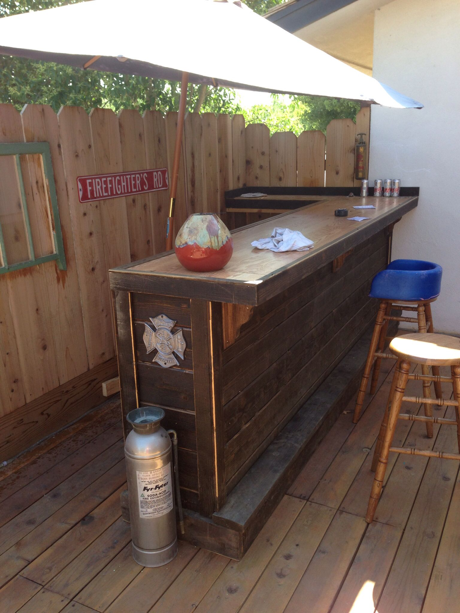 Good idea for small bar in the corner of the deck pool for Wood outdoor bar ideas