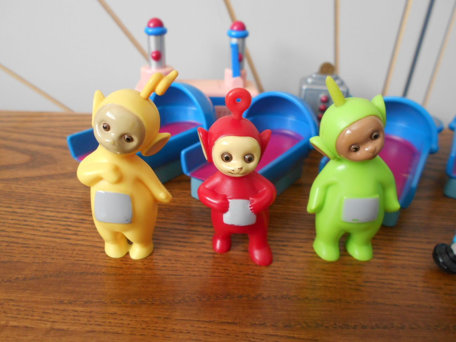 TELETUBBIES small toy figure playset PO, LALA, DIPSY beds, tubby ...