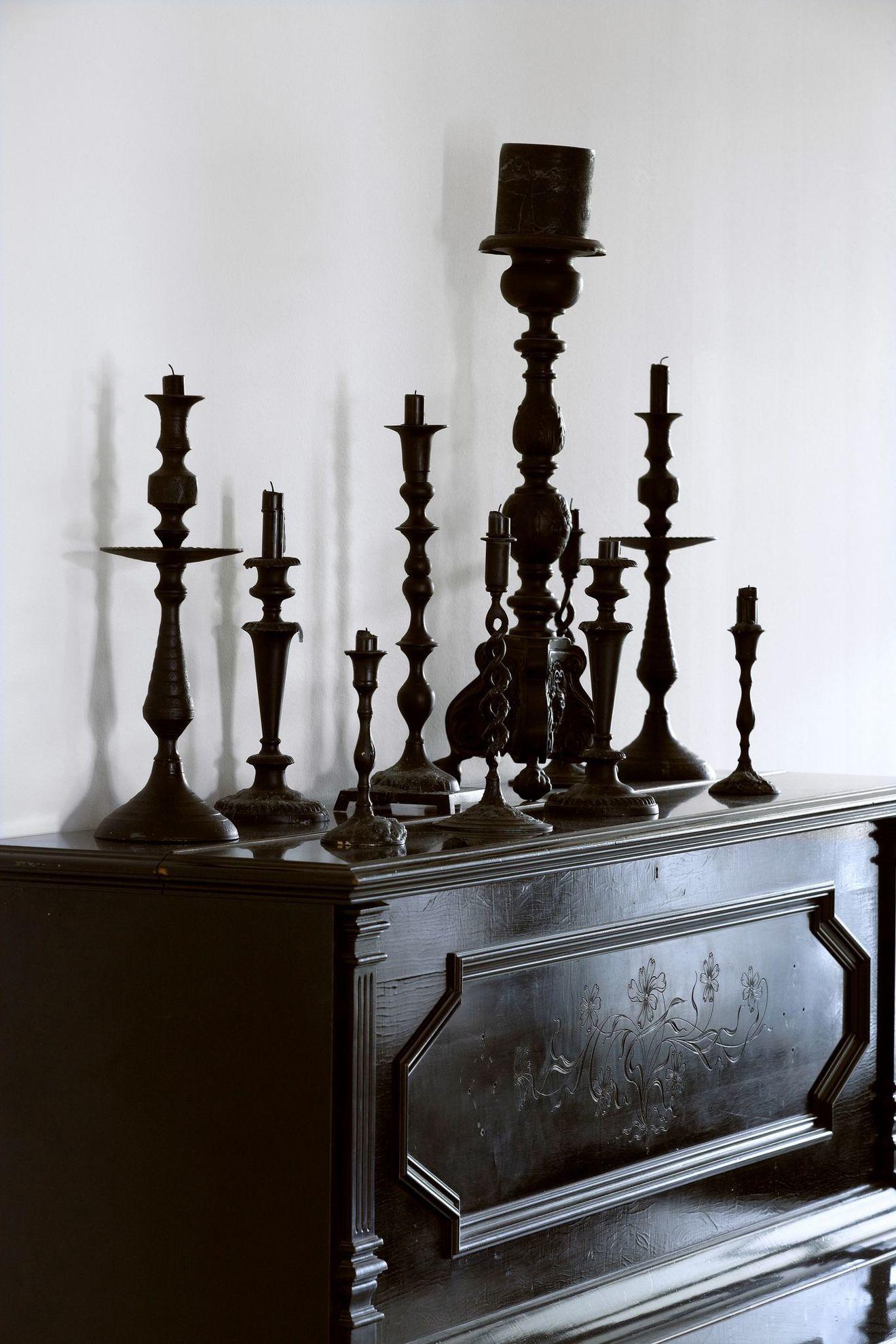 Une Ancienne Grange Renovee En Un Loft Bien Charpente Decoration Noir Maison Gothique Grange Renovee