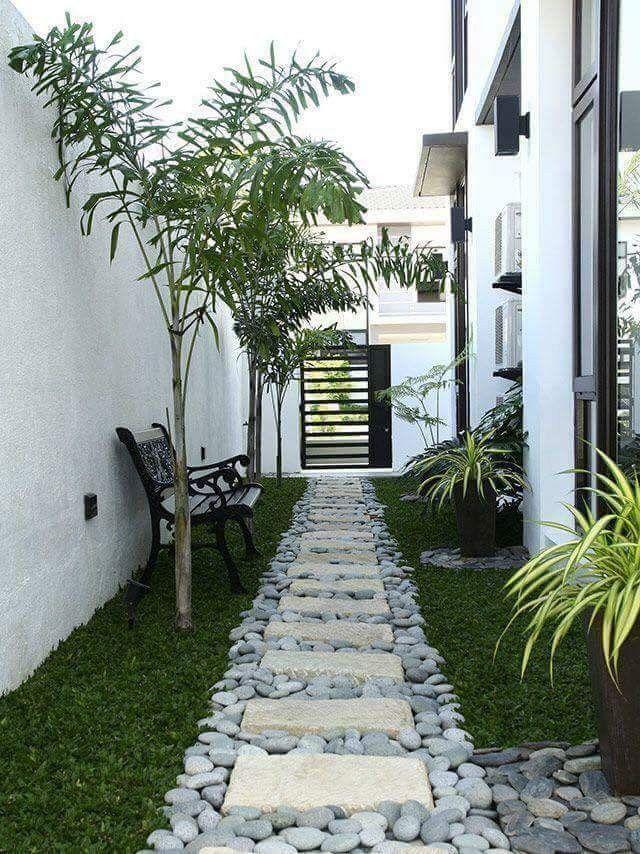 L Allee De Ce Jardin En Longueur A Ete Soignee Jardin Moderne Amenagement Jardin Design Jardin