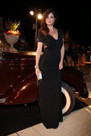 Araceli González enfundada en un vestido escote en V con espalda descubierta de Ménage à trois, accesorios Swarosky y fascinator de Laura Noetinger - Gran Prix de Baron B
