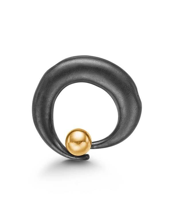 Smuk cirkelformet lås i oxyderet sølv med en skinnende guldkugle i 14 karats guld. Låsen har en flot organisk form, som passer perfekt til de mange smukke perlekæder og stenkæder fra Connections.
