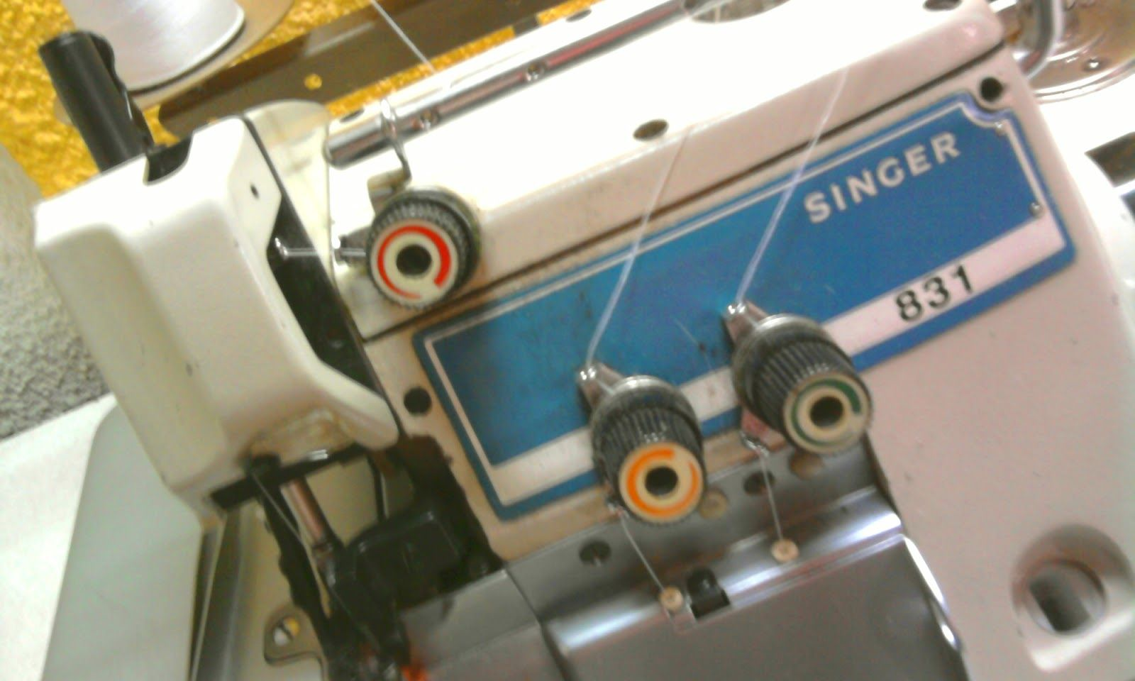 Cómo arreglar la tensión de los hilos de la fileteadora o