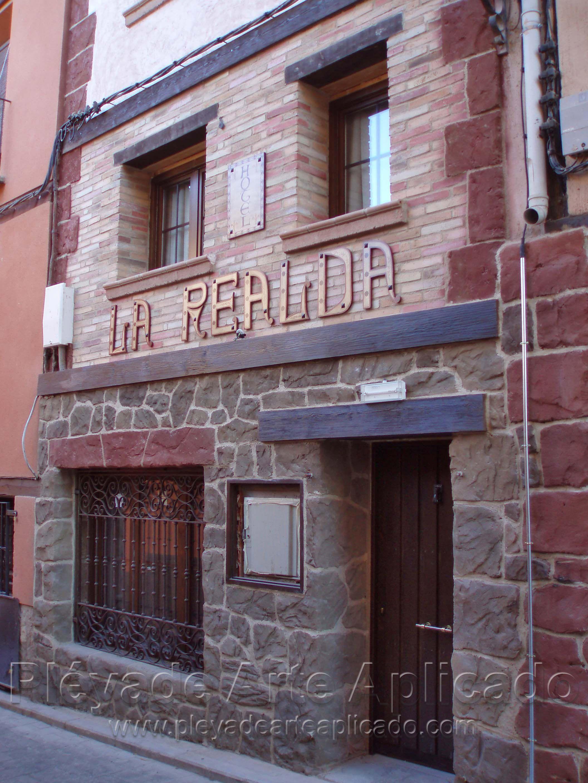 Decoraci n de fachada con reboco ladrillo y piedra - Fachadas de piedra artificial ...