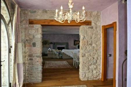 Caminetto ad angolo e paretine decorate a stucco nuova formula a ...