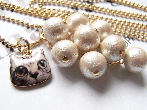 コットンパールのカジュアルネックレス。とても軽いネックレスです。コットンパール(8ミリ・キスカ)をじゃらじゃらと葡萄のように繋げて、アクセントで、ラブリーな猫...|ハンドメイド、手作り、手仕事品の通販・販売・購入ならCreema。