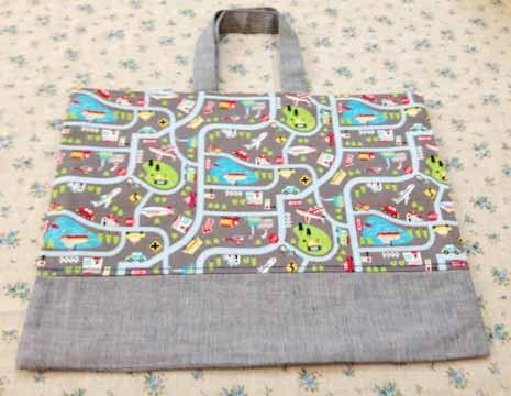 ご覧頂きありがとうございます。 町並みMAP柄生地でレッスンバッグを作りました。切り替えグレーの生地です。(写真を参考にしてください。) 裏地は赤のチェックで...|ハンドメイド、手作り、手仕事品の通販・販売・購入ならCreema。