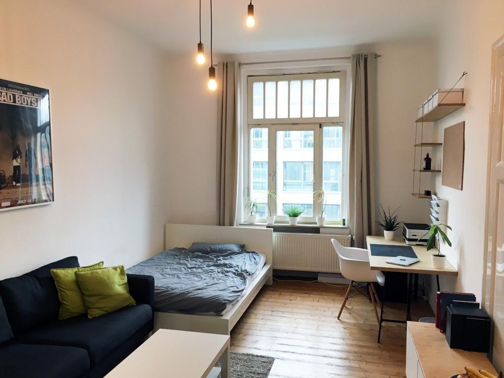 Helles Und Geräumiges WG Zimmer Mit Großem Fenster Und Schönem  Parkettboden. #wgzimmer #