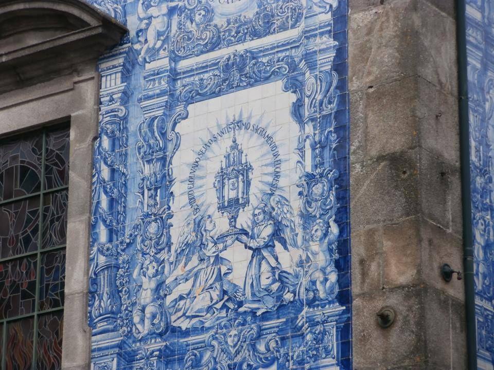 Pormenor da fachada da Capela das Almas.