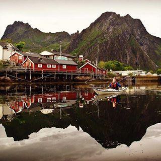 Skårunge på dypt vann eller rolig padling mellom brygger, naust og gammel lokal bebyggelse, Svinøya Rorbuer byr på unike opplevelser og smaker :) Mer info: www.bit.ly/SvinoyaRorbuer #svinøya #svinøyarorbuer #lofoten #dehistoriske #skårunge #skårungen #padling