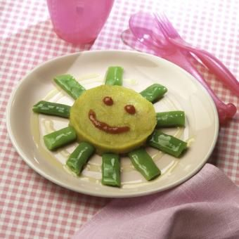 Sol hecho de puré de verduras, alubias verdes y ketchup