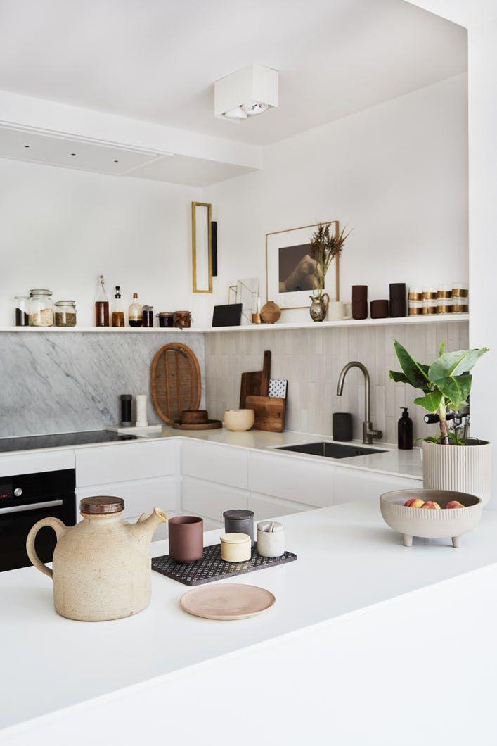 Se, hvordan designer Kristina Dam tryllede sit hvide køkken personligt og cool med få midler
