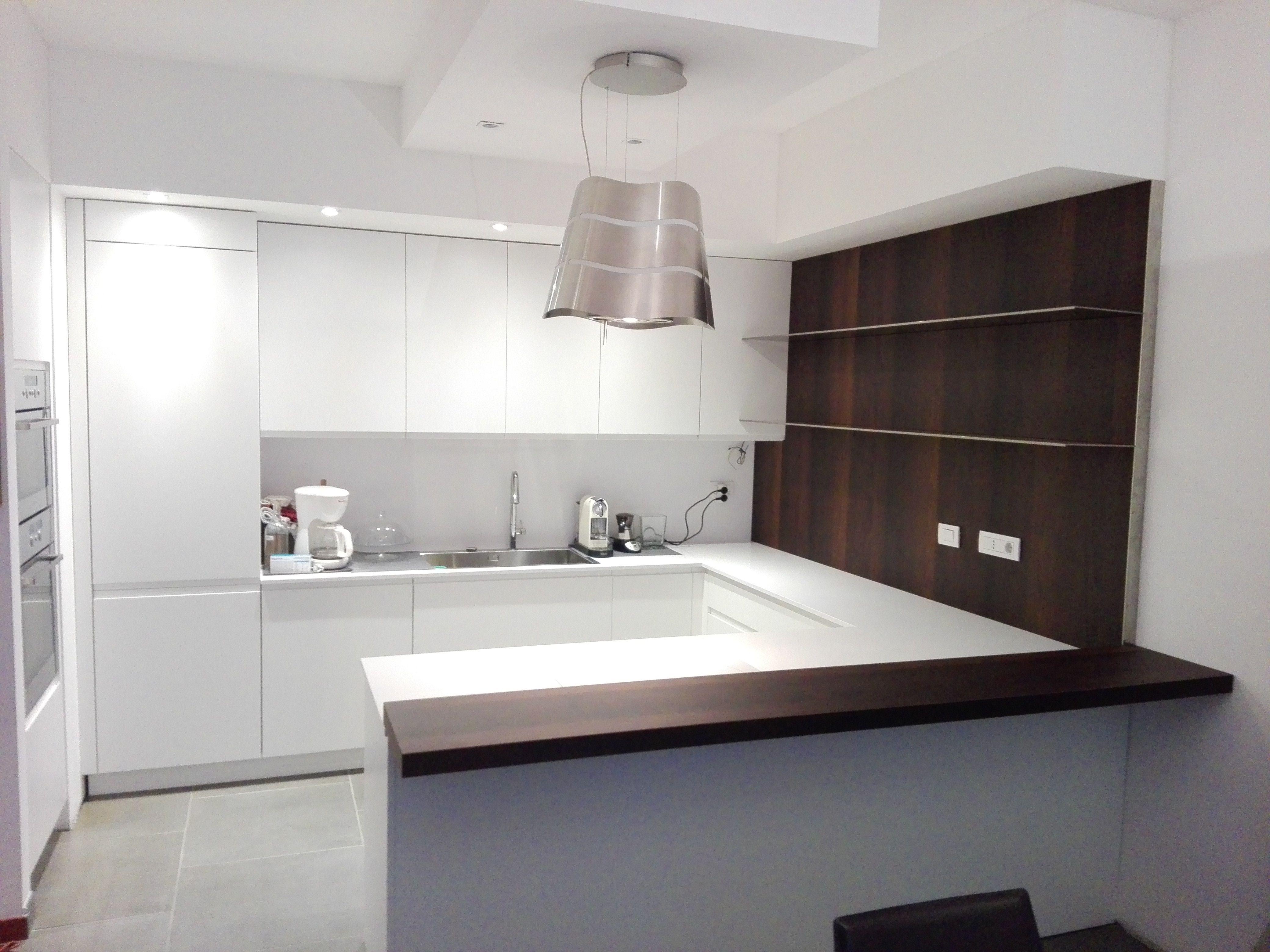 Cucina con penisola e boiserie in acacia affumicata by for Cucine moderne con penisola