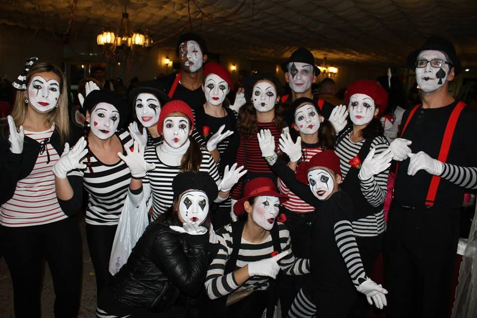 Halloween Gruppo.A Group Of Mimes Mimes In 2019 Karneval Gruppe Kostum