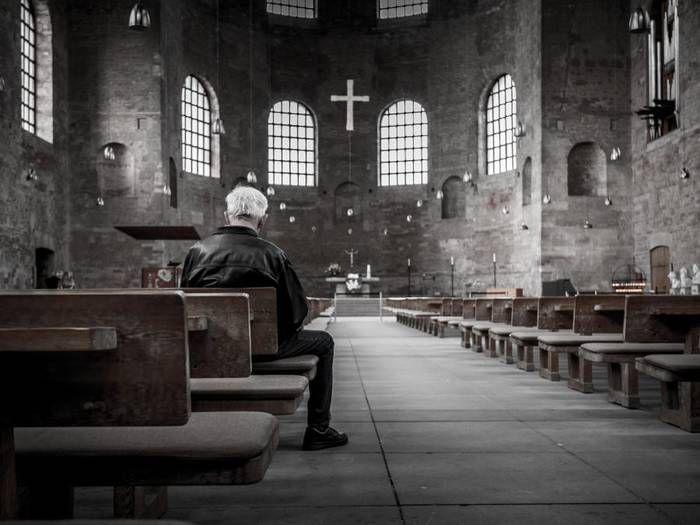 Dunkel, kalt und leer – so fühlt es sich in vielen Kirchen an. Foto: Stefan Kunze / unsplash.com