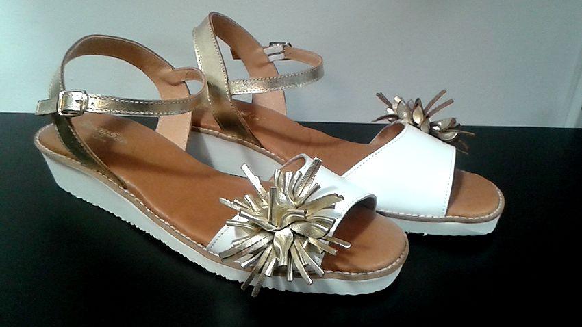 Sandalia Flor Blanca Y Dorada En 2020 Sandalias Blanco Y Dorado Zapatos Mujer