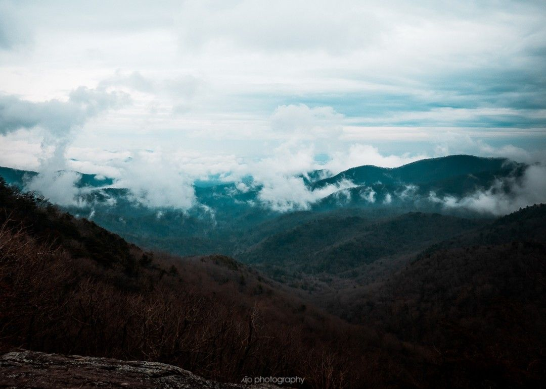 Overlooking the valley from Preacher's Rock... \\ . . #depthsofearth #roamtheplanet #mountainstories #takemoreadvendtures #outside_project #forest_captures #stayandwander #modernwild #outdoortones #discovergeorgia #mountaingetaway #winecountry #georgiamountains #mountainstyle #northgeorgia #exploregeorgia #northgeorgiamountains #appalachia #dahlonega #wandernorthgeorgia #wandernorthga #georgiahikers #northga #appalachian #preachersrock #foggymorning #wowplacestogo #theearthoutdoors #scenelo