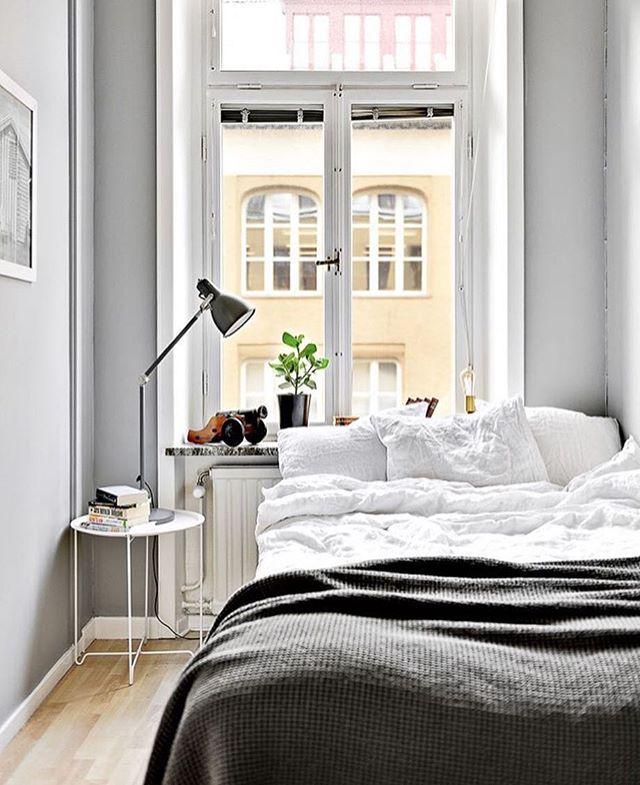 kleines schlafzimmer im altbau mit hellgrauen w nden gem tlich gestalten kleine r ume. Black Bedroom Furniture Sets. Home Design Ideas
