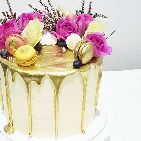 Repost  @delightful_cake_house: Espectacular drip cake en colores dorado, blanco y fucsia.  #gold #popularcake #cakelove #cakes #cakecakecake #torta #tarta #dripcake #cakestyle #cakestagram #instacake