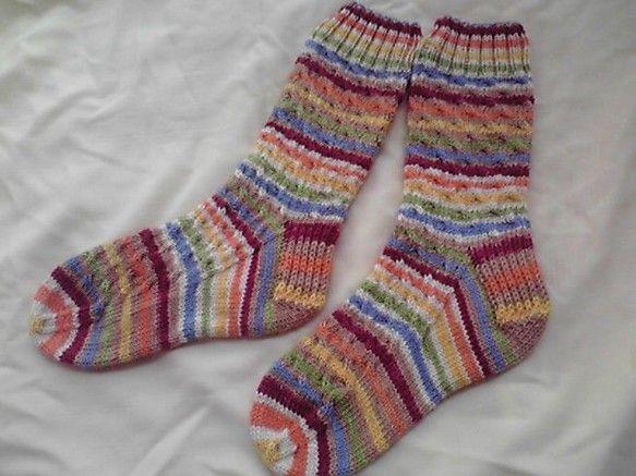 「冬ハンドメイド」海外のソックヤーンで編んだ手編みのソックスです。ふかふかでとても暖かいです。サイズ:23cm~24cm素材:ウール75%,ナイロン25%お手...|ハンドメイド、手作り、手仕事品の通販・販売・購入ならCreema。