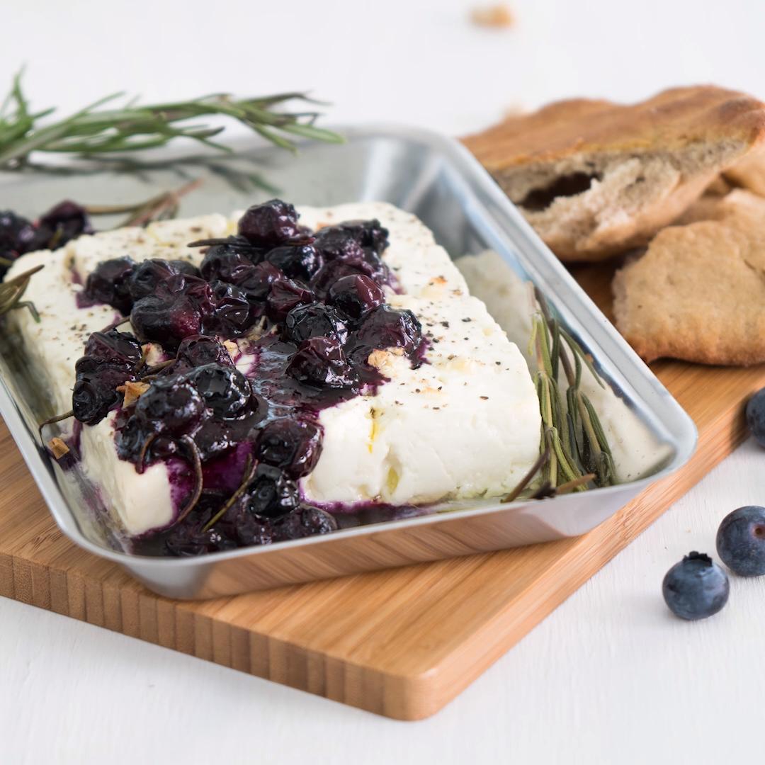 Du liebst Feta vom Grill? Dann haben wir etwas für dich: Gegrillter Feta mit Blaubeer-Rosmarin-Sauce | eatsmarter.de #grillen #feta #grillkäse