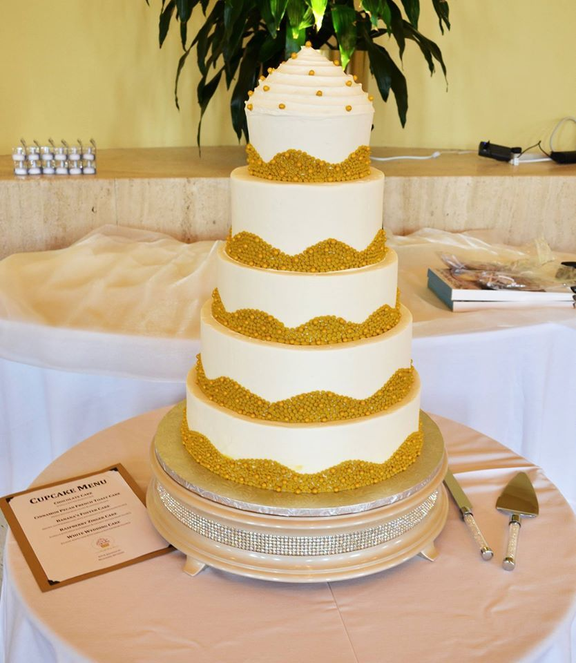 The best of both worlds: cupcake and wedding cake! Gold buttercream ...