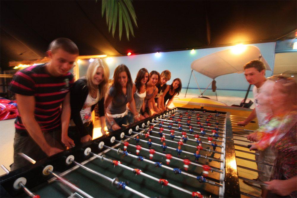 Dit slaat echt alles! Een voetbaltafel waar u met 20 tegelijk aan kunt spelen. Het lijkt wel De Arena zo met iedereen er omheen!