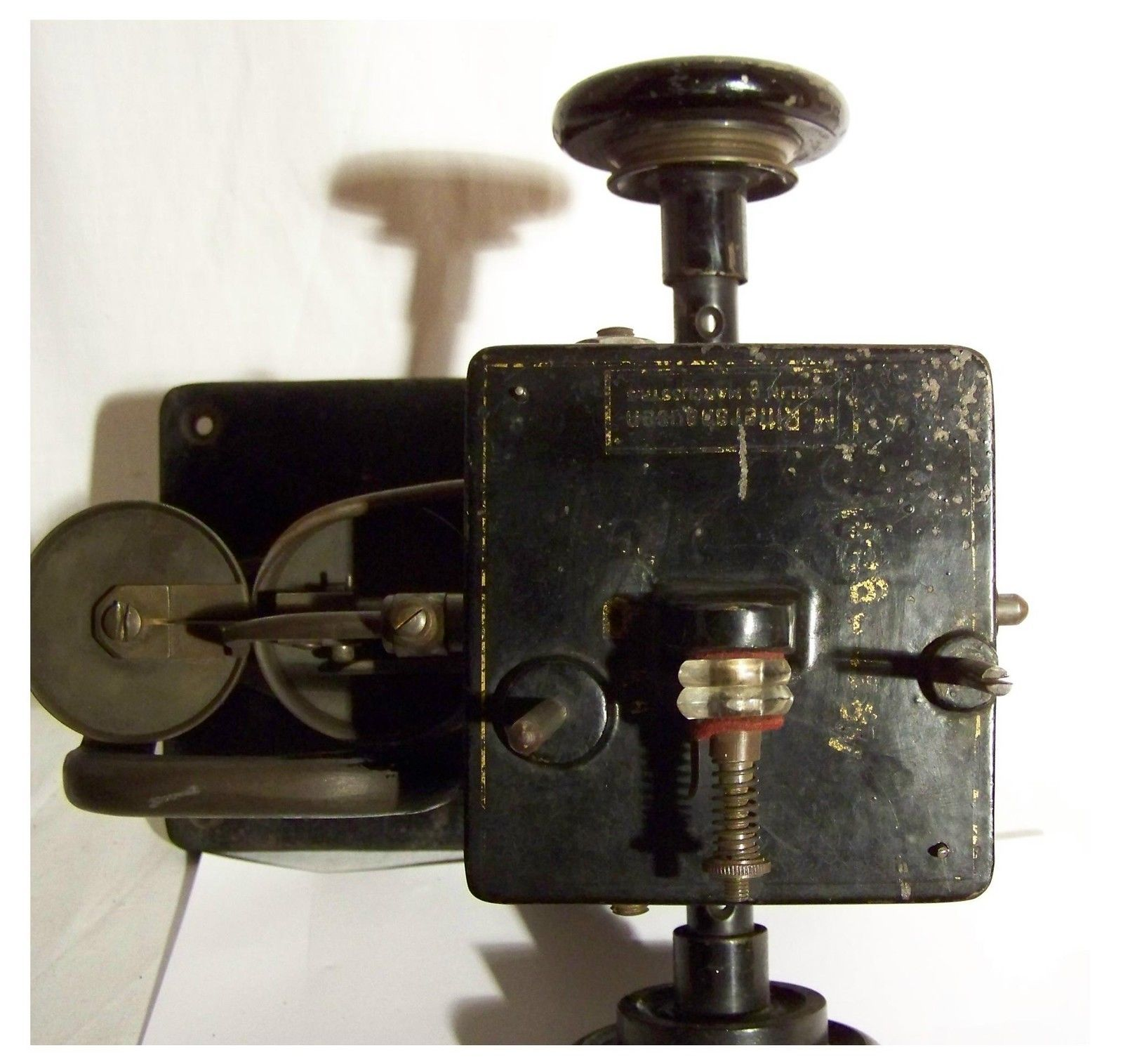 """(Special fur and leather sewing machine from """"M Rittershausen, Berlin DRP"""", from 1871. Socket 27x16cm, Height 24cm. The machine must be mounted on a wooden plate with cut-out for the visible parts of the machine. Weight 13kg.)    SPEZIAL Nähmaschine Sewing Machine Pelz Ledernähmaschine Rittershausen 1871 