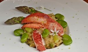 Risotto au baby homard, asperges et fèves fraiches