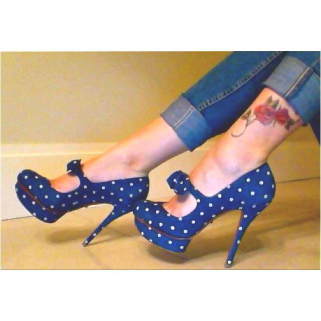 Oh my... if only I could walk in heels this high.