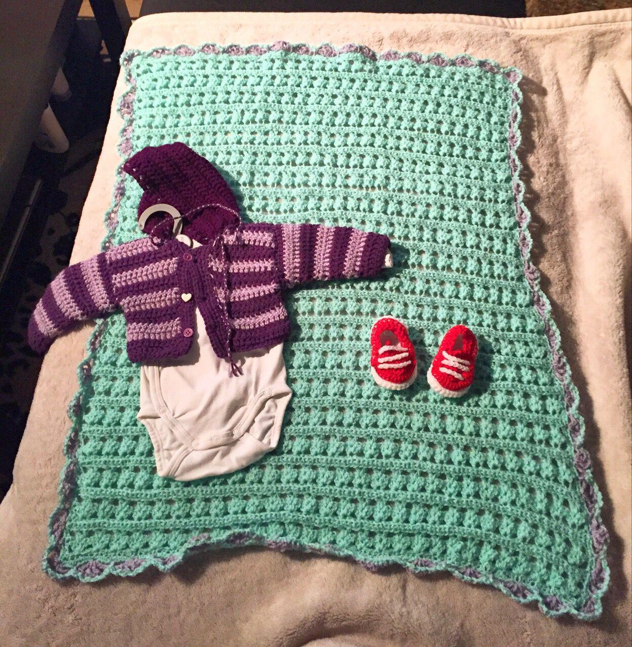 Gehäkelte Babysachen // #decke #baby #gehäkelt #schuhe #jäckchen ...