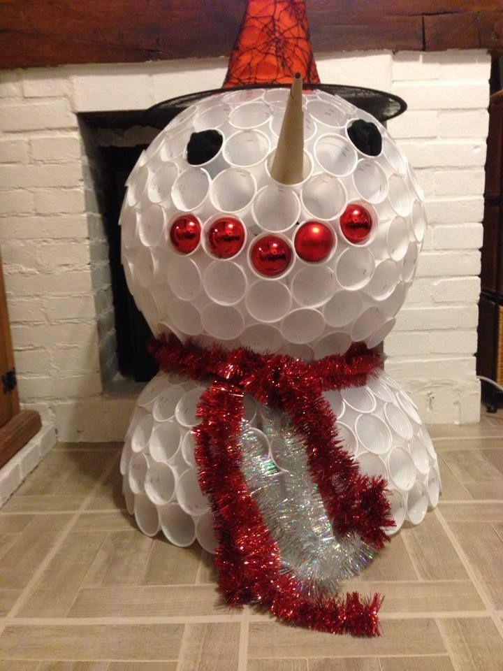 Voici un bonhomme de neige r alis avec des gobelets en plastique sur le site http www - Pinterest bonhomme de neige ...