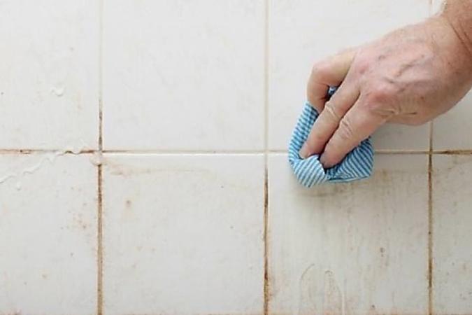 Mit Diesem Trick Sind Ihre Badezimmerfliesen Wieder Wie Neu In 2020 Mittel Gegen Schimmel Schimmel Im Bad Badezimmer Reinigen