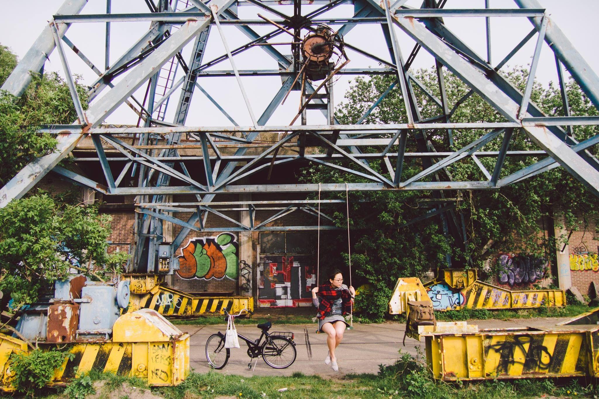 #amsterdam 今日的天氣比昨天好,一早出門就有陽光。我們當然非常珍惜,立即騎著單車出門。今日我們打算去做文藝青年,向荷蘭當代藝術館(Stedelijk Museum Amsterdam) 出發! #netherland #holland #travel #bike #industry