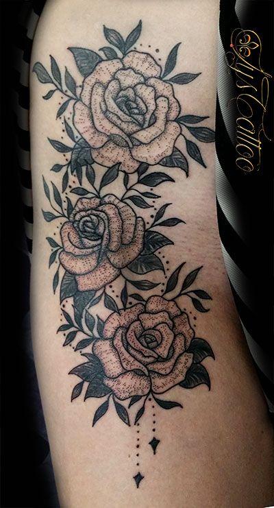 tatouage sur les hanches, cuisse, l'aine, femme, tatou roses et