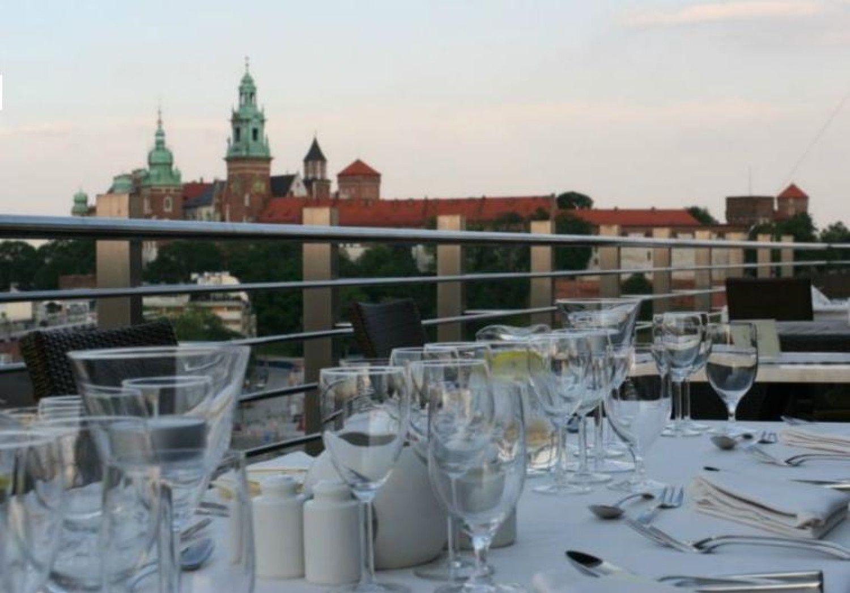 Wyjatkowe Klimatyczne I Romantyczne Restauracje Z Pieknymi Widokami Szukacie Takich Dobrze Trafiliscie Przedstawiamy Mi Krakow Table Decorations Home Decor