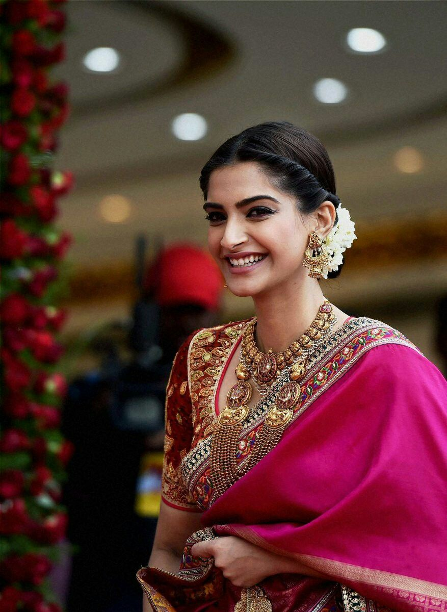 Sonam Kapoor Indian Bride Hairstyle Indian Hairstyles For Saree