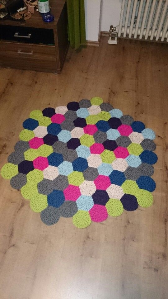 Selbstgehäkelter Teppich- einfach lauter kleine Kreise häkeln und ...
