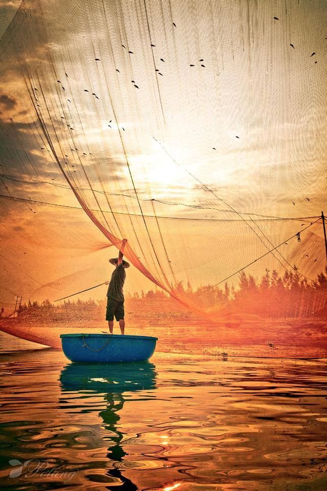 #HoiAn early in the morning Please like, share, repin or follow us on Pinterest to have more interesting things. Thanks. http://hoianfoodtour.com/ #hoian #fishing #sunrise #fishnet