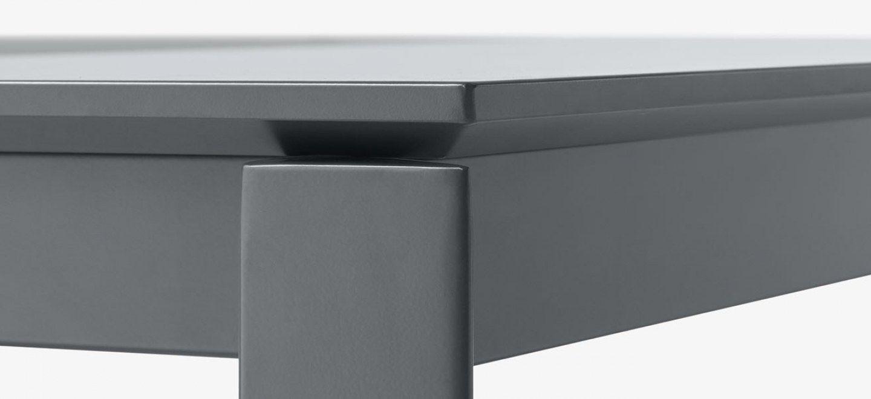 Tavolo allungabile con gambe in metallo verniciato bianco o grigio antracite opaco. Il piano è disponibile in legno laccato, cristallo o ceramica. Menù è dotato di prolunghe manuali indipendenti che permettono di aumentare la superficie d'appoggio a seconda delle esigenze.